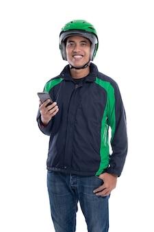 Tassista online tenendo lo smartphone isolato su sfondo bianco