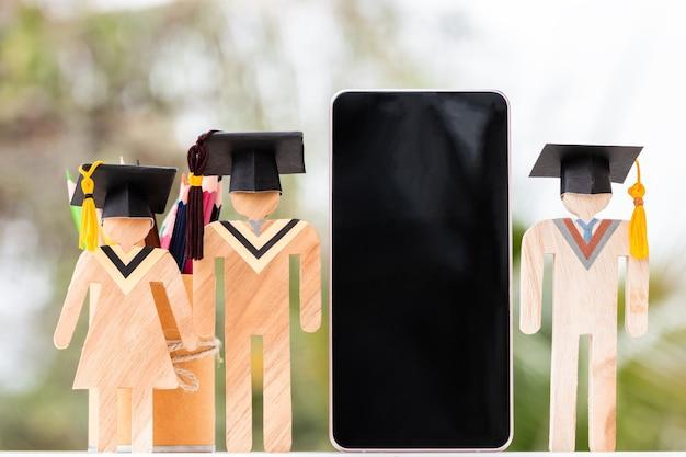 Università online nel conseguimento dell'apprendimento della conoscenza dell'istruzione per lo studio all'estero, idea di studio alternativa. celebrazione della laurea di modelli con scatola di matite per smartphone, copia spazio per il testo
