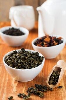 Tè verde oolong in ciotola di ceramica bianca su un tavolo di legno