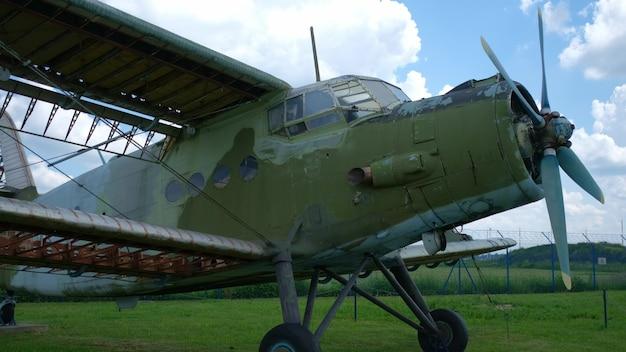 Mostra all'aperto di vecchi aerei da trasporto militare