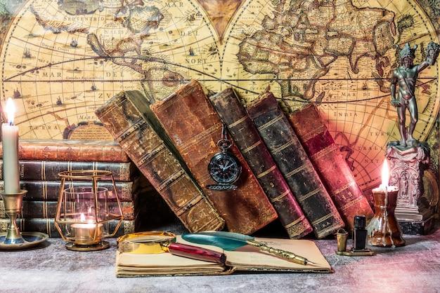 Libro antico aperto su cui poggia una lente d'ingrandimento. sono incorporate due lanterne illuminate.