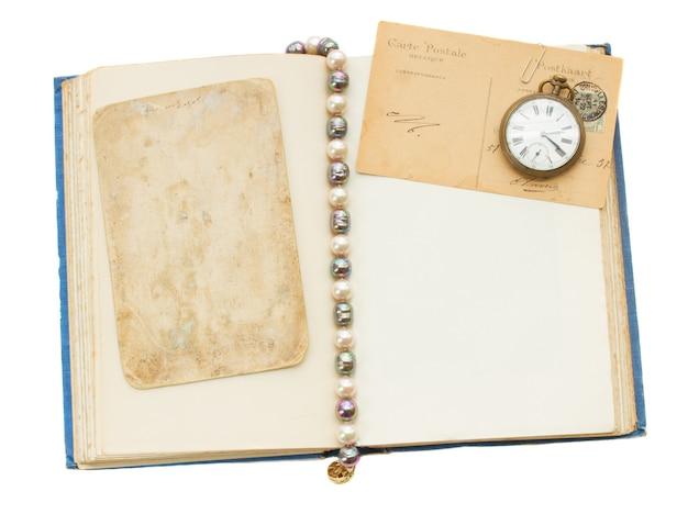 Apra il libro antico con le cartoline di ols isolate su fondo bianco