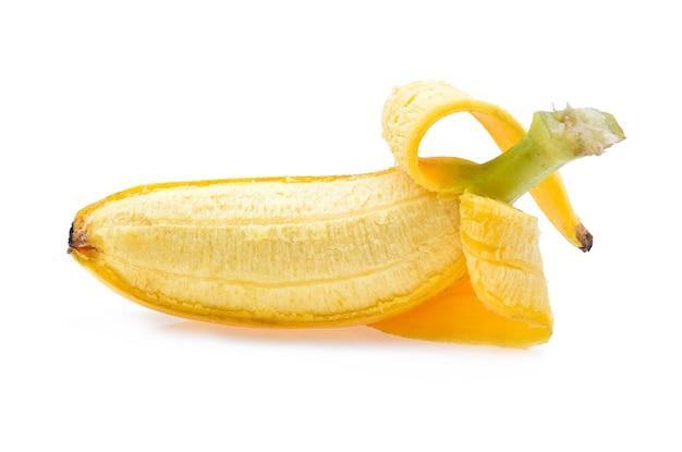 Banana aperta isolata su bianco