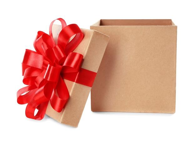 Apri una bella confezione regalo su sfondo bianco