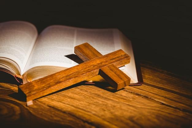 Apra la bibbia con l'icona del crocifisso