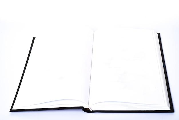 Aprire il libro piatto vuoto diffuso con il modello di disegno della pagina del libro bianco