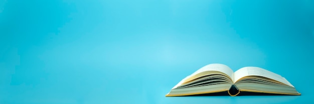 Libro aperto su sfondo blu