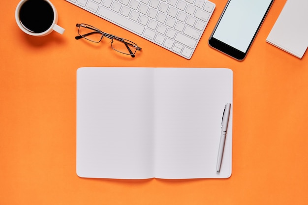 Libro aperto sulla scrivania
