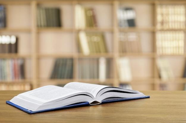 Oggetto libro aperto sullo sfondo