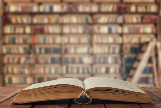 Libro aperto sul tavolo in biblioteca
