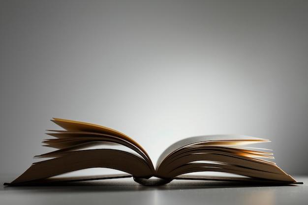 Libro aperto con copia spazio