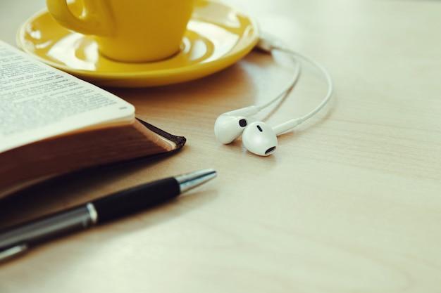 Libro aperto con una tazza di caffè