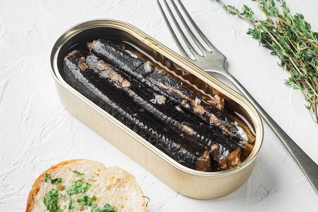 Set aperto di pesce in scatola, su sfondo di tavolo in pietra bianca