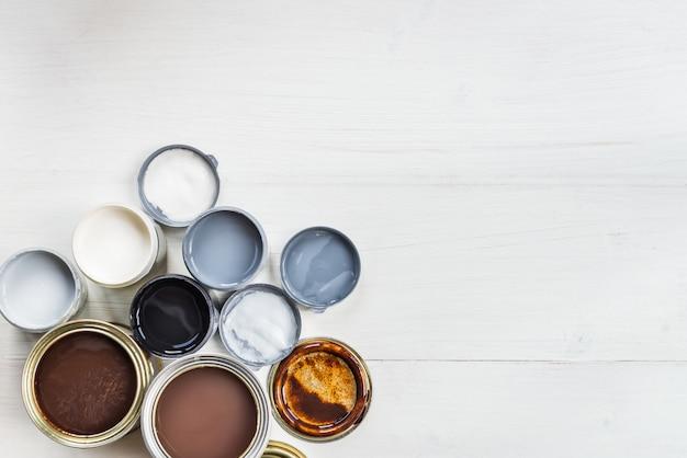 Aprire lattine di diverse pitture, vernici e smalti