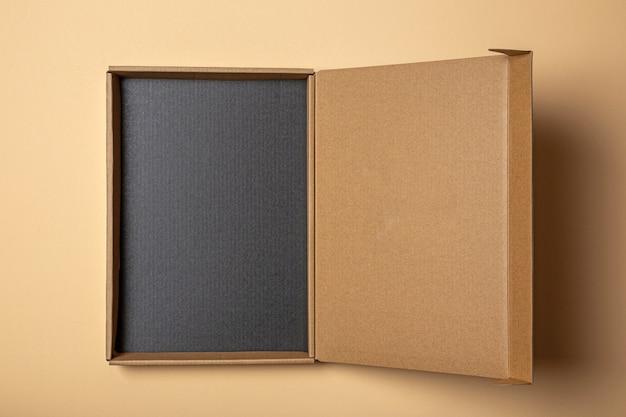 Scatola di cartone aperta con fondo nero