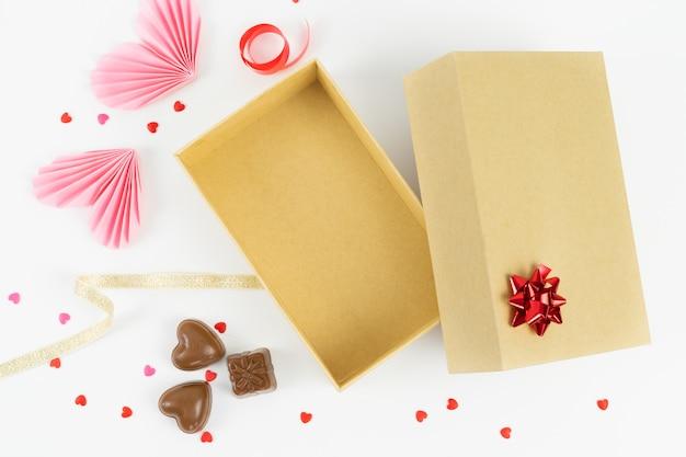 Scatola di cartone aperta con decorazioni per san valentino, anniversario, festa della mamma e compleanno