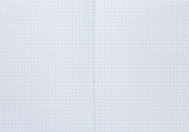 Aprire la carta del quaderno a quadretti con pagine vuote come trama di sfondo, vista dall'alto