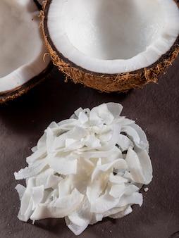 Aprire la noce di cocco al centro sopra la pietra con scaglie di cocco.