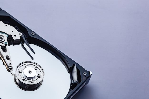 Aprire il disco rigido del computer per la riparazione. concetto di sicurezza dei dati. copia spazio per il testo