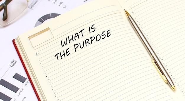 Un diario aperto con il testo giace su una scrivania in ufficio. concetto di affari.