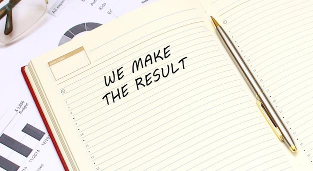 Un diario aperto con il testo giace su una scrivania con grafici finanziari. concetto di affari.