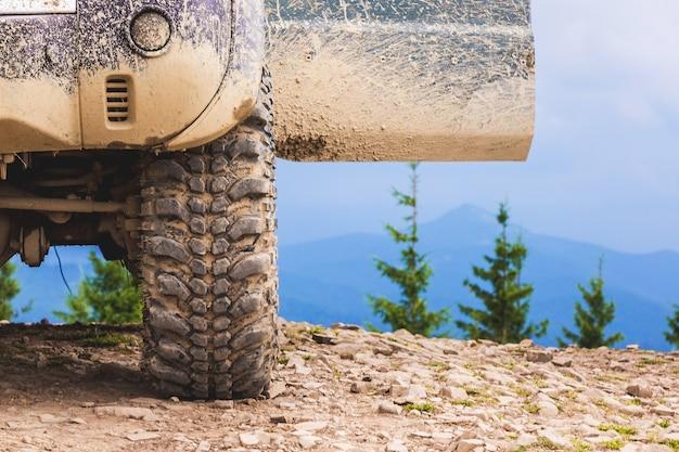 Macchina con porte aperte in cima alla montagna. viaggiare in montagna in macchina