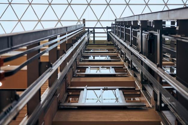 Aprire il vano ascensore dell'ascensore