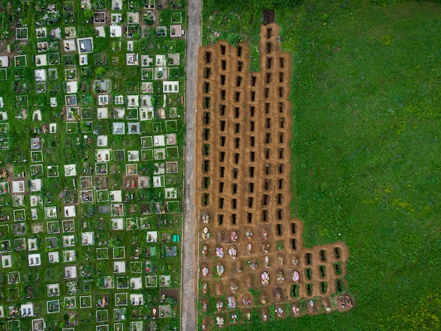 Tombe vuote aperte tra il prato verde, vista aerea di droni di tombe vuote.