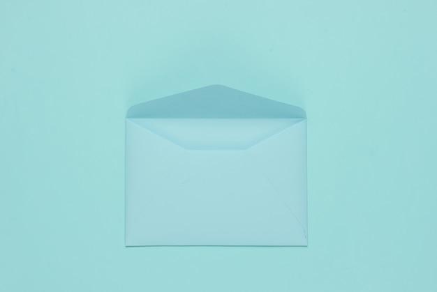 Busta aperta colore pastello blu. mockup piatto laico per san valentino, matrimonio o compleanno. vista dall'alto