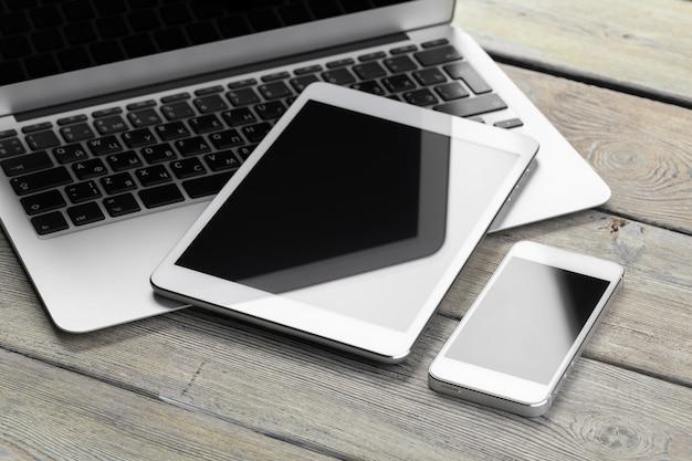 Apra il computer portatile con la compressa e lo smartphone digitali