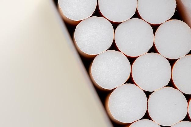 Aprire un nuovo pacchetto di sigarette con filtri da vicino