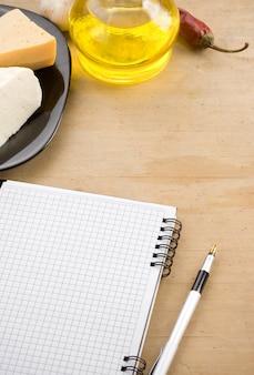 Libro di cucina aperto del taccuino pronto per la ricetta e le spezie