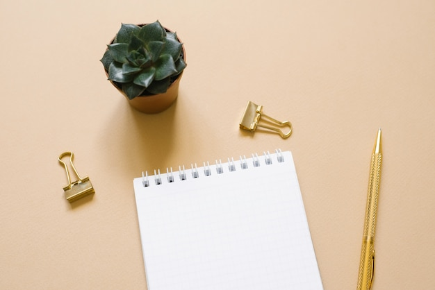 Apri blocco note con un foglio di carta bianco, una penna a sfera,