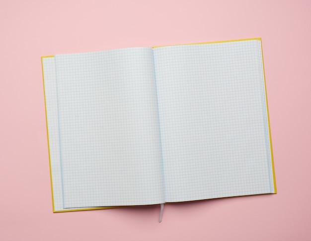 Aprire il blocco note con fogli bianchi vuoti