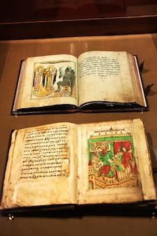 Aprire vecchi libri cristiani nel monastero ipatievsky kostroma russia