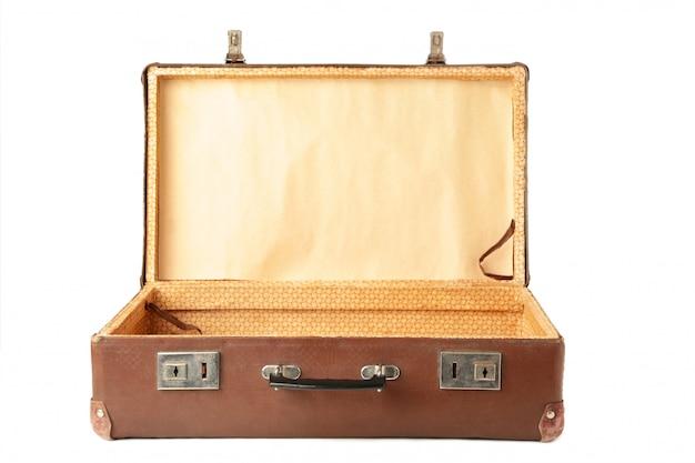 Apra la vecchia valigia isolata