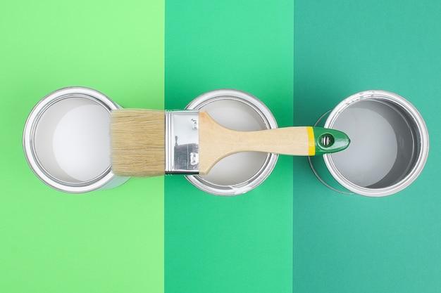 Aprire le lattine di smalto per pittura su campioni di tavolozza dei colori.