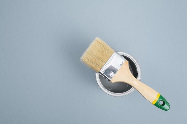 Aprire le lattine di smalto per pittura su campioni di tavolozza grigia