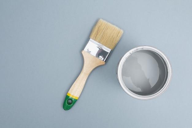 Aprire i barattoli di vernice smalto con pennello