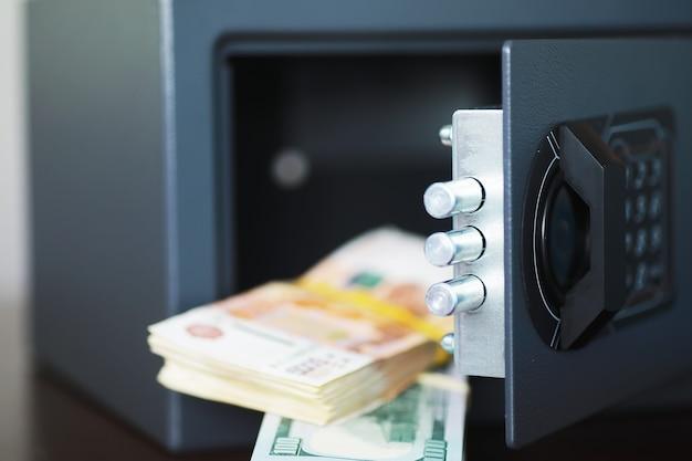 Aprire la cassaforte in una casa benestante. cassetta di sicurezza in camera d'albergo. concetto di conservazione sicura di denaro e documenti