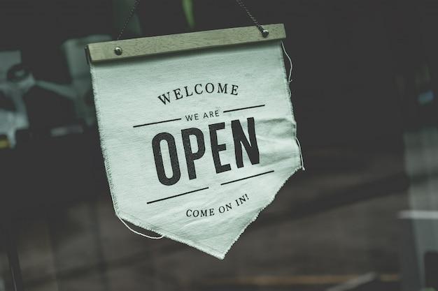 Segno aperto in una caffetteria aziendale pronta per il servizio dopo la chiusura della situazione covid-19