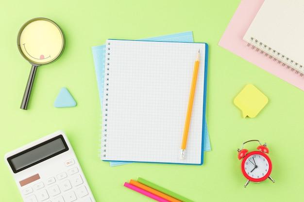 Quaderno a spirale aperto con materiale scolastico