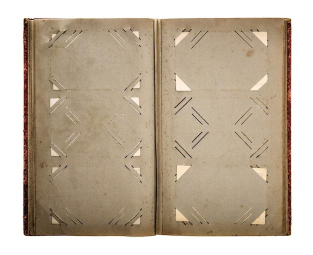 Album fotografico vintage aperto con pagine di carta invecchiate sporche isolate su sfondo bianco. immagine dai toni in stile retrò