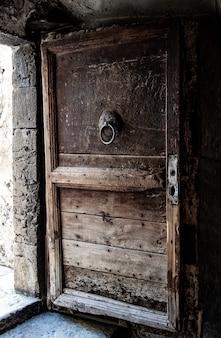 Porta in legno vintage aperta.