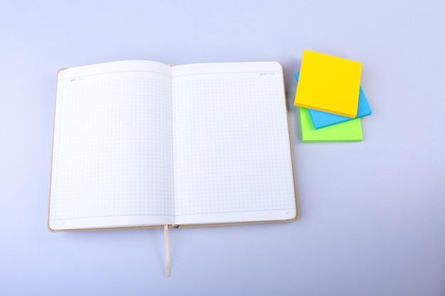 Aprire il blocco note bianco con note di promemoria appiccicose colorate.