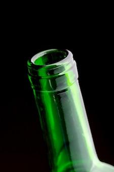 Primo piano aperto del collo della bottiglia di vino