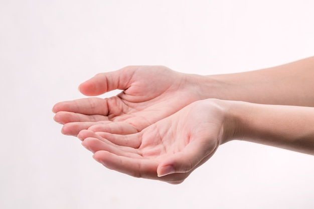 Aprire la mano di una donna, palmo in su isolato su sfondo bianco.