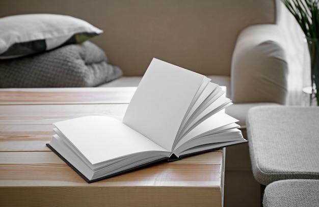 Libro aperto sulla tavola di legno