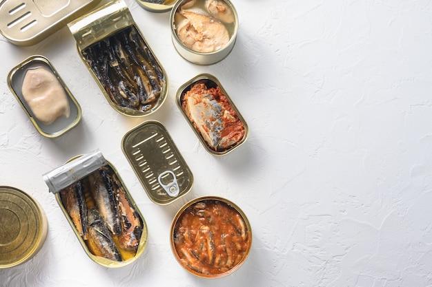 Lattine aperte con diversi tipi di pesce