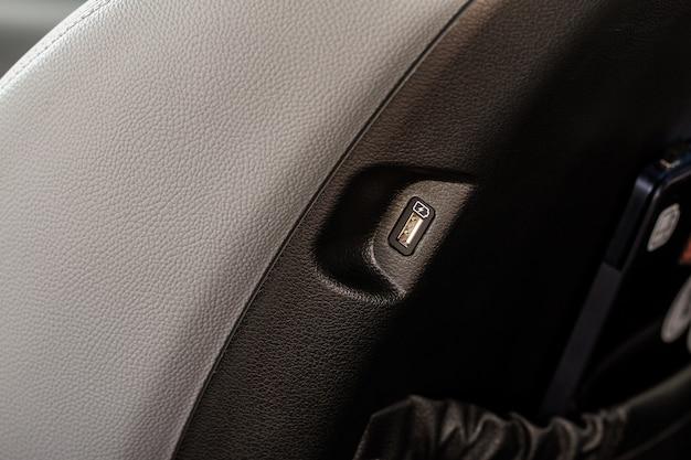 Porta usb dell'auto aperta nell'auto per il collegamento del dispositivo. potenza di uscita del caricatore usb vista ravvicinata. interni auto.